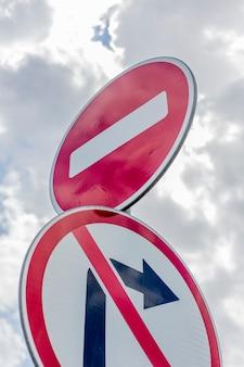 Sin señal de giro a la derecha y sin señal de unidad