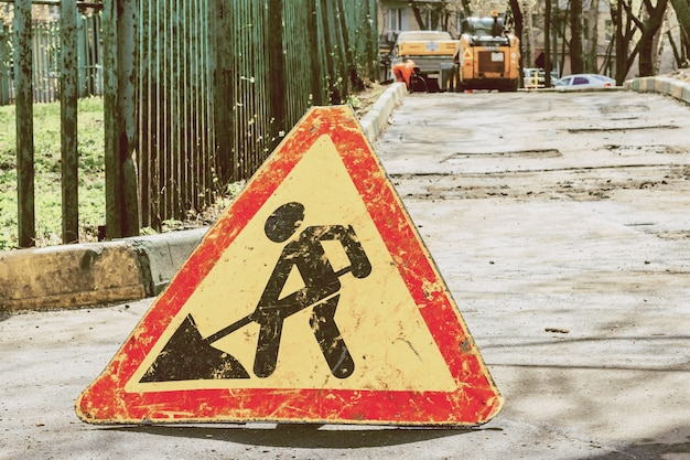 Una señal de un hombre con una pala. precaución, se están realizando obras en la carretera