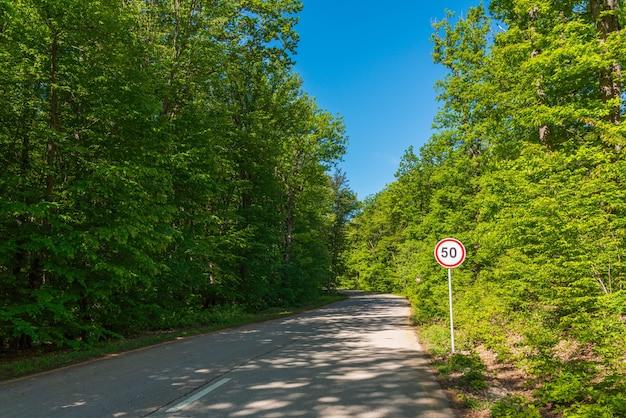 Señal de límite de velocidad en el camino forestal