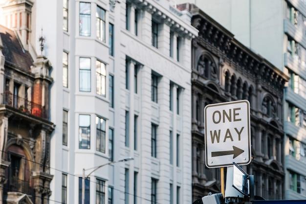 Señal de una manera en la ciudad