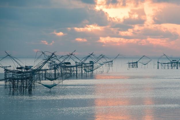 Señal neta tradicional del equipo de pesca de tailandia en la provincia de pathalung.