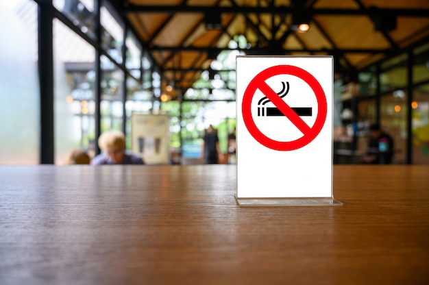 Señal de no fumar en mesa de madera