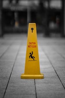 Señal de precaución en el piso
