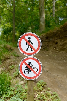 Señal prohibida para bicicletas y peatones