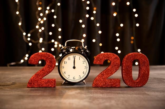 Señal roja de ángulo bajo con fecha de año nuevo