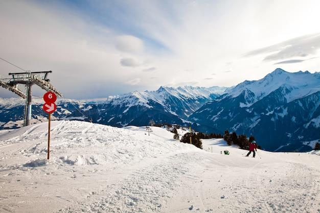 Señal de ruta roja en la estación de esquí en las montañas de los alpes en mayerhofen, austria