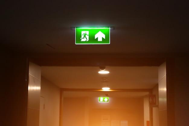 Señal de salida de emergencia contra incendios verde o escalera de incendios con la entrada.