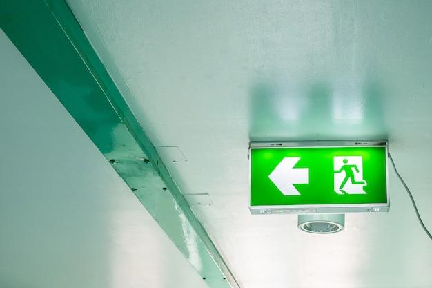 Señal de salida de emergencia en edificio interior