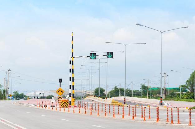 Señal de semáforo, marcas viales y pase a ambos lados