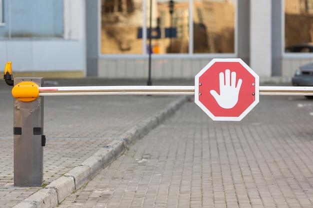 Señal de stop barrera al aire libre