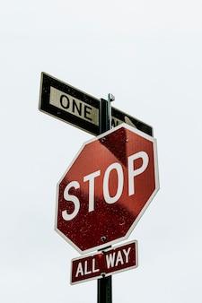 Señal de stop roja en el centro de la ciudad