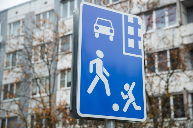 Señal de tráfico en azul en la calle de la ciudad. zona de peatones
