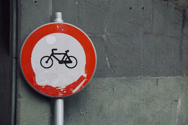 Señal de tráfico de bicicleta en la calle, señal de tráfico en la ciudad.