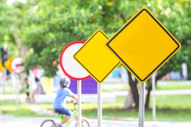 Señal de tráfico en blanco amarillo