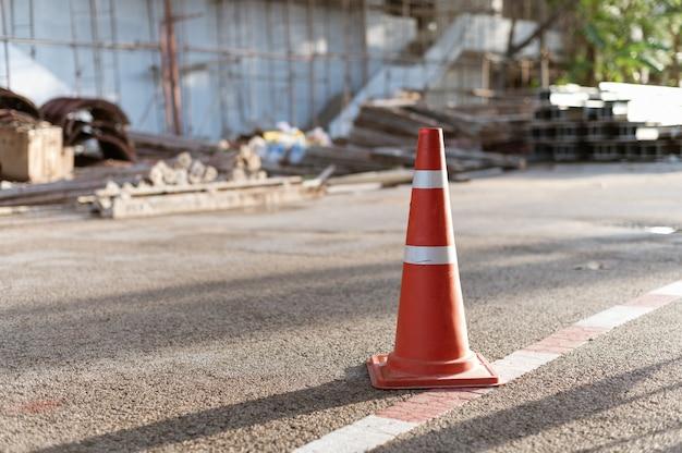Señal de tráfico de cono en el sitio de construcción