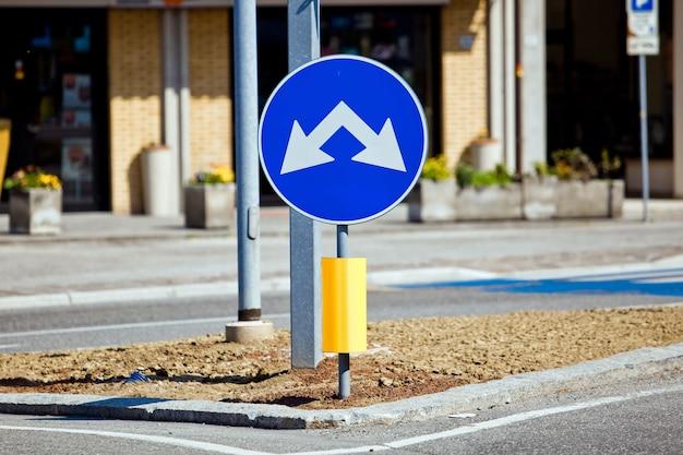 Señal de tráfico con dos direcciones a la izquierda y a la derecha.