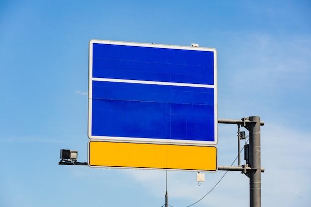 Señal de tráfico en el fondo del cielo para pasar su información