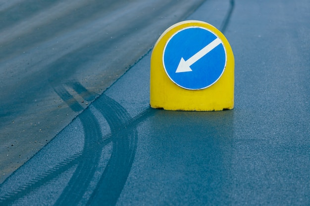 Señal de tráfico indica un desvío.