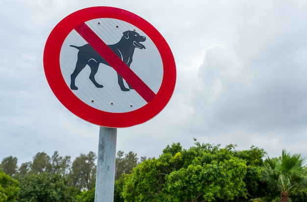 Señal de tráfico, perros paseantes prohibidos