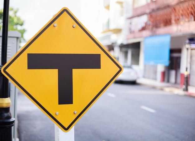 Señal de tráfico de placa de metal: intersección, empalme de tres vías, división, separación.