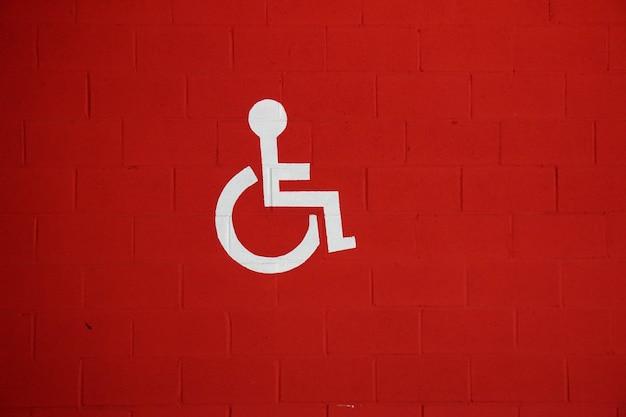 Señal de tráfico en silla de ruedas en la calle, señal de tráfico en la ciudad.