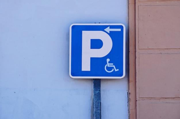 Señal de tráfico en silla de ruedas en la calle.