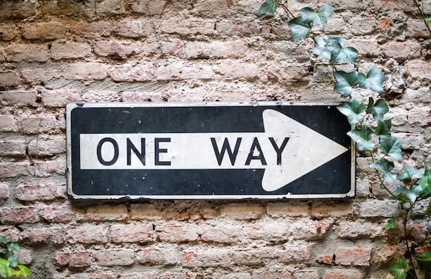 Señal unidireccional apuntando a la derecha