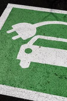 Señal verde de aparcamiento de coches eléctricos