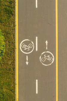 Señales de bicicleta en el camino de bicicleta en la ciudad
