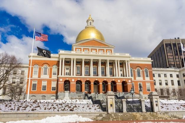 Señales de boston freedom trail. massachusetts state house en boston, ma, ee.uu.