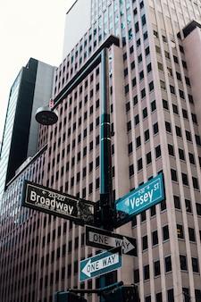 Señales de la calle en el pilar en el centro de la ciudad