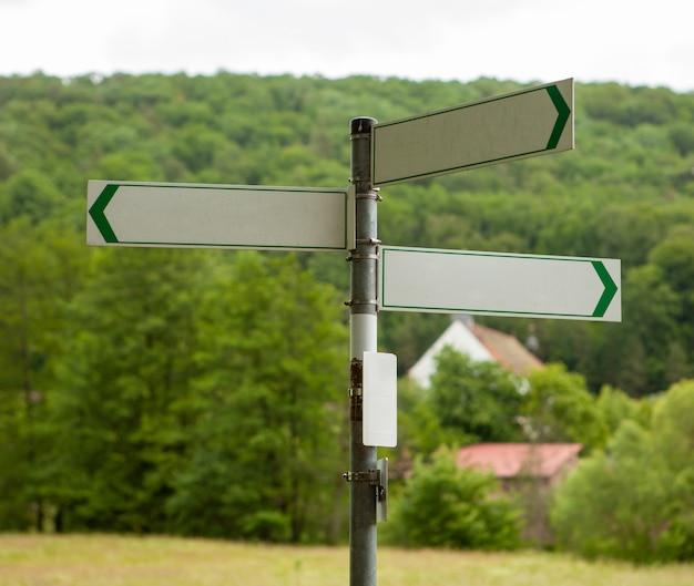 Señales en un camino rural