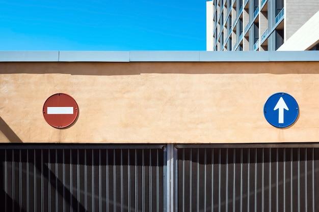Señales de dirección y de prohibición de entrada en un garaje para guiar el tráfico e indicar el camino correcto.