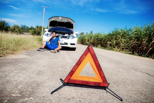 Señales de emergencia en carretera con cielo.