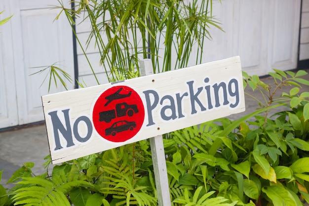Señales de no estacionamiento de madera
