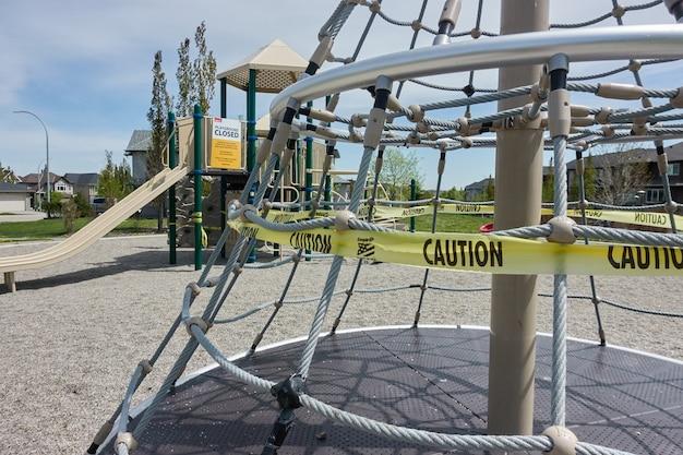 Señales de restricciones de covid 19 en un patio de recreo