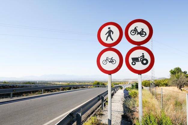Señales de tráfico en la carretera