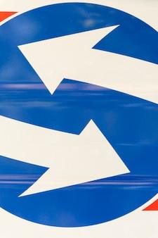Señales de tráfico flechas paralelas blancas