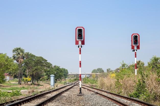 Señales de tren para ferrocarril y semáforo para locomotora.
