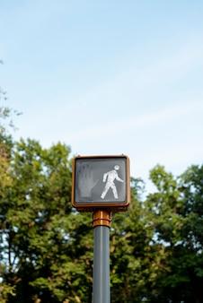 Señalización de semáforo con fondo borroso