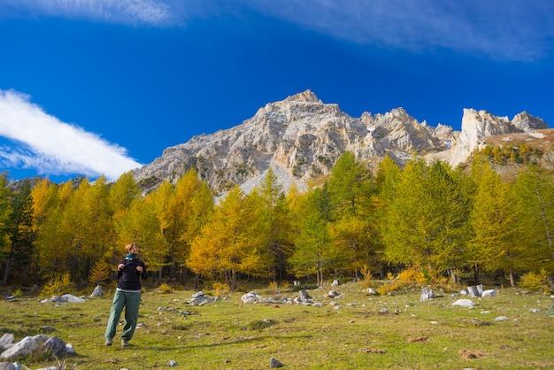 Senderismo en los alpes, colorida temporada de otoño