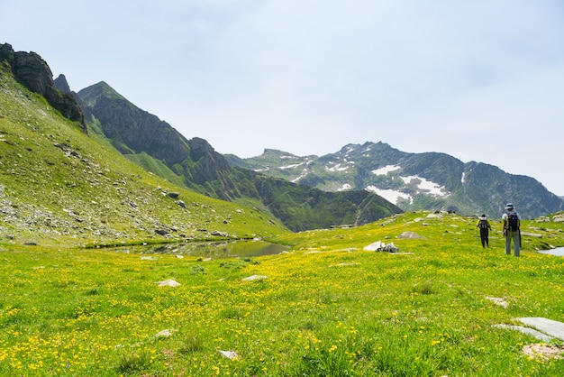 Senderismo en los alpes en sendero panorámico