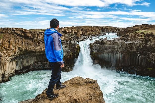 Senderismo en la cascada de aldeyjarfoss en islandia.