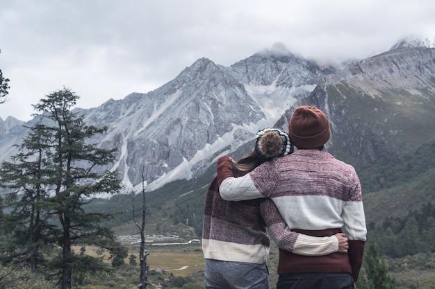 Senderismo joven pareja viajero mirando hermoso paisaje, concepto de estilo de vida de viaje