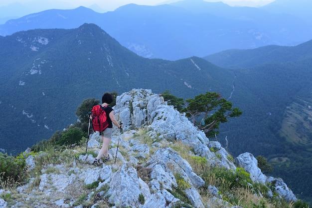 Senderismo mujer caminando por la montaña