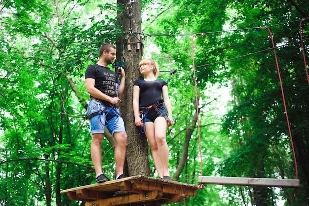 Senderismo en el parque de cuerdas dos jóvenes