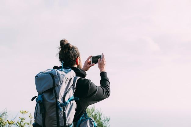 Senderista haciendo foto en la naturaleza