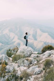 Senderista de pie en roca