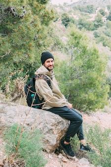Senderista sentado en roca