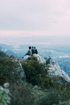 Senderistas sentados en roca